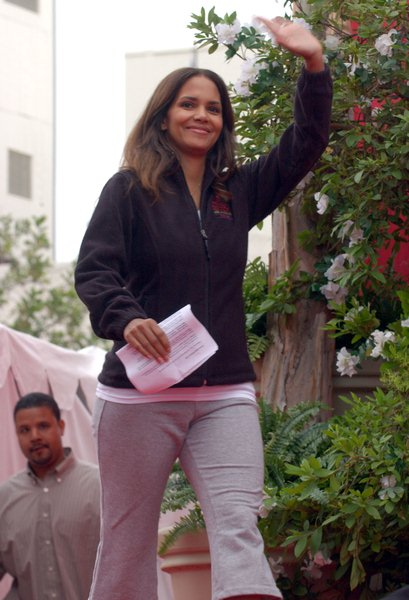 Halle Berry at 15th Annual EIF Revlon Run/ Walk For Women - Los Angeles Memorial Colliseum, Los Angeles, CA. USA