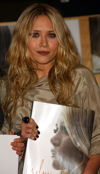 Mary Kate Olsen at Ashley Olsen and Mary Kate Olsen Sign Copies Of New Book 'Influence' at Border's Bookstore, Westwood, CA. USA