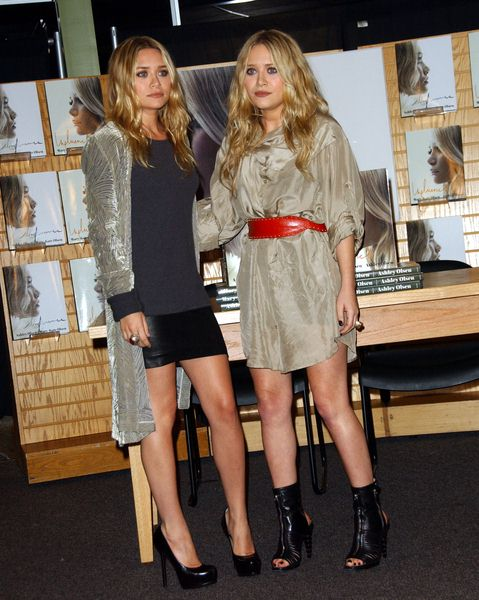 Ashley Olsen, Mary Kate Olsen at Ashley Olsen and Mary Kate Olsen Sign Copies Of New Book 'Influence' at Border's Bookstore, Westwood, CA. USA